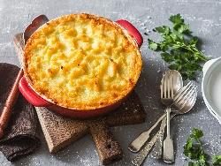 Лесна запеканка с пилешко филе, картофи, броколи, яйца, сирене, топено сирене и течна сметана запечени на фурна - снимка на рецептата
